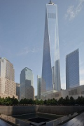 9/11 Memorial: Südlicher Pool mit One World Trade Center, Bild 1
