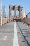 Brooklyn Bridge: pedestrian catwalk, median on aspahlt