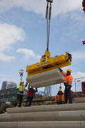 Rhine-boulevard: a vacuum-carrier is lifting the precast-elements 4