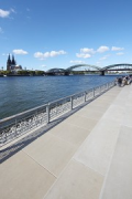 Rhine-boulevard: promenade and Cologne cathedral