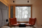 baumhaus lodge: 2nd unit, western cliff-house, orange chairs